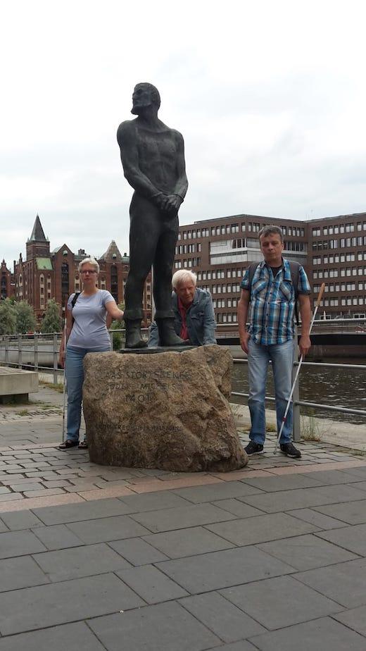 Claudia, Hans und Andreas stehen neben dem Klaus Störtebäcker Denkmal