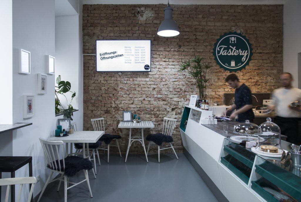 Das Café der Tastery mit großer Theke und 5 Tischen