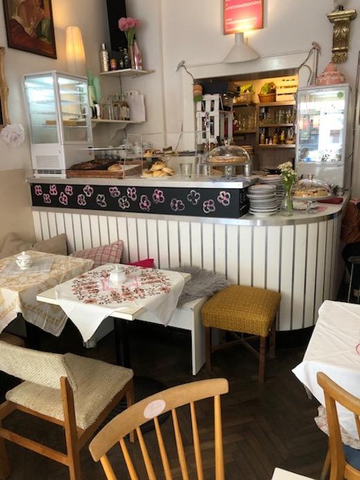 Gastraum und Kuchentheke im Café Fräulein