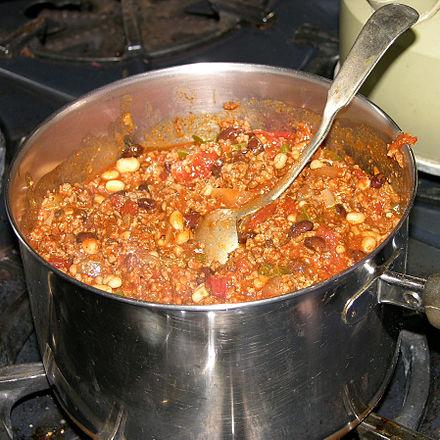 Ein Topf mit Chili con Carne