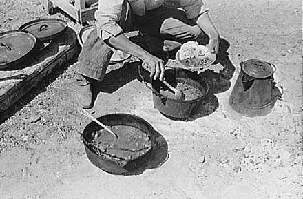 Cowboy bei der Zubereitung von Chili sin Carne auf einer texanischen Ranch in den Dreißiger Jahren