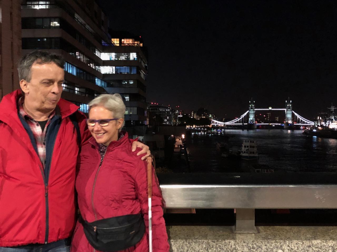Claudia und Andreas auf der London Bridge bei Nacht, im Hintergrund die Themse und die Tower Bridge