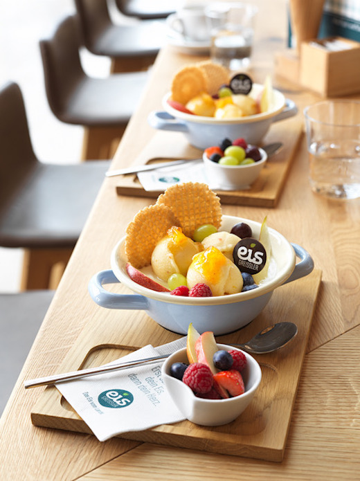 Innenansicht - Tisch mit Eis auf Tellern