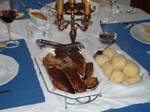Gänsebraten mit Semmelknödel und Rotkohl