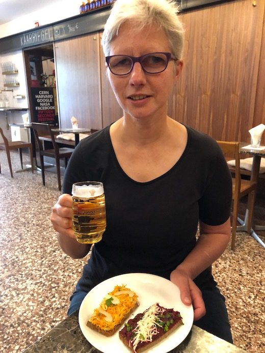 Claudia im Café Frankowitsch mit einem kleinem Glas Bier und Brötchenteller
