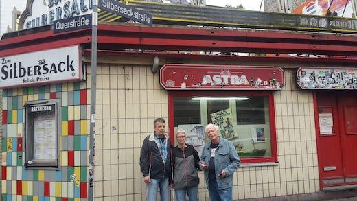 Andreas, Claudia und Hans stehen vor dem legänderen Sielbersack auf dem Kiez