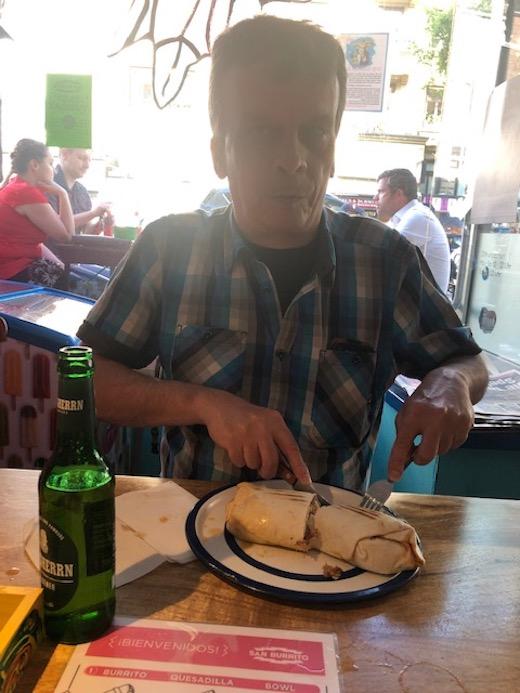 Andreas mit Burrito und Ratsherren-Bier