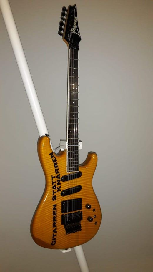 Gitarre, die Lindenberg Ende der 80er Honecker geschenkt hat - Motto Gitarren statt Knarren