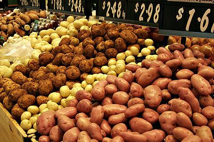 Kartoffel: verschiedene Sorten auf einem Markt