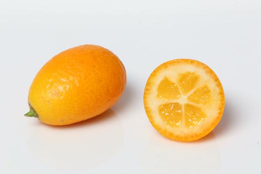 Kumquat, ganz und halbiert