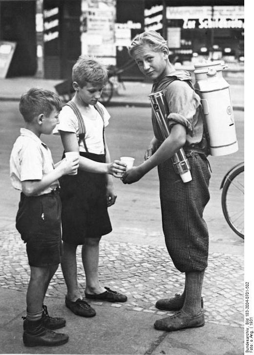 Verkäufer, der Limonade in Berlin der 30er Jahre anbietet