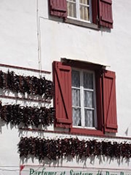 Paprikagirlanden als Dekoration an einem Haus