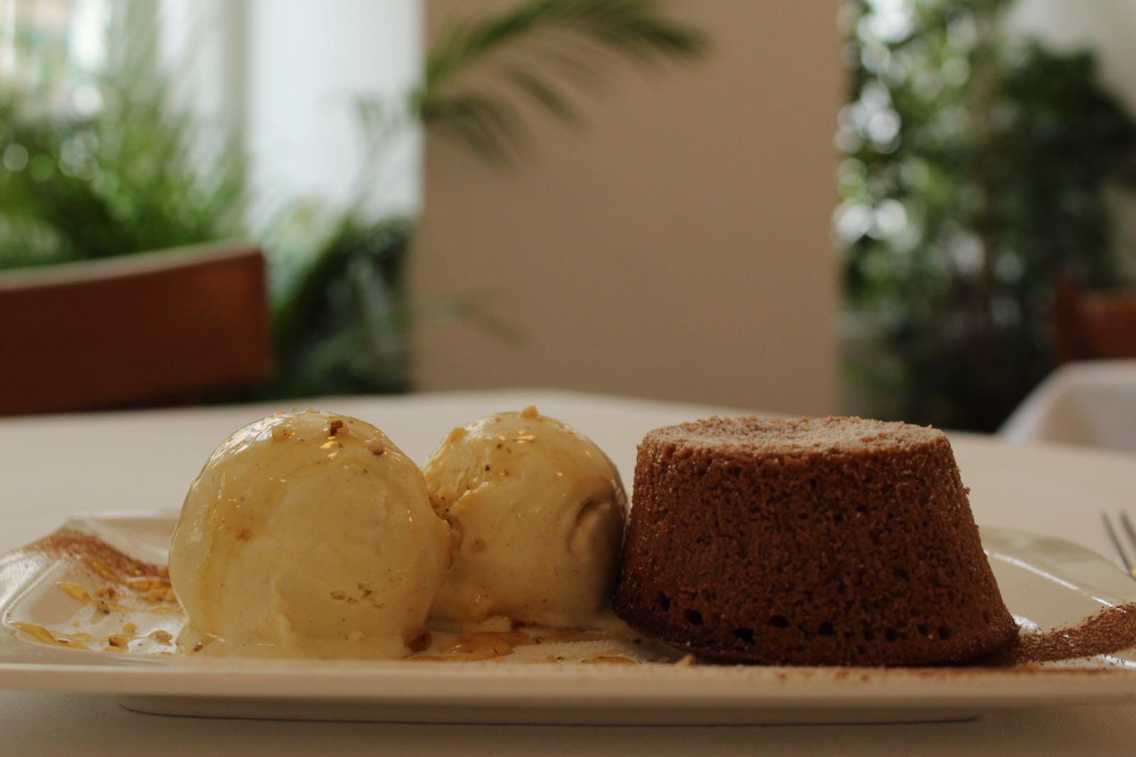 Schokoladengatau mit Vanillehonigeis