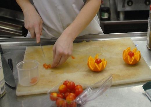 Tournieren von Cherrytomaten und Orangen