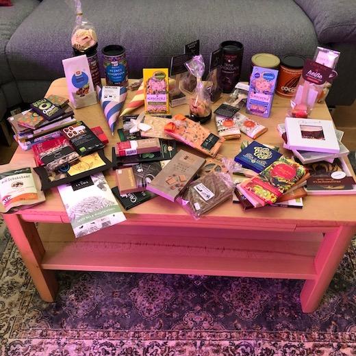 Verschiedene Schokoladen, Trinkschokoladen und Kakaopulver, die wir von unserem letzten Münchenbesuch mitgebracht haben, auf einem Tisch