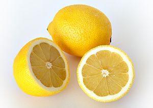 Ganze und aufgeschnittene Zitrone
